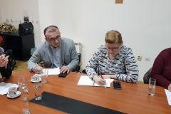 Na konferenciji za novinare predstavljen jedan od najvrjednijih projekata Vodnih usluga - Aglomeracija Bjelovar, Gudovac i Rovišće. Izgradnja je to ili rekonstrukcija vodovodne i kanalizacijske mreže u Bjelovaru koje obuhvaća i naselje Gudovac te Općinu Rovišće. Projekt će se realizirati u narednih nekoliko godina, a vrijedan je 206 milijuna kuna. Uz gradonačelnika Darija Hrebaka sudjelovali i predsjednik Gradskoga vijeća Ante Topalović, predstavnici Vodnih usluga Ivan Ivančić, Zoran Bišćan te Josip Heged, predstavnica Hrvatskih voda Alena Vlašić, načelnik Općine Rovišće Slavko Prišćan, ali i saborski zastupnik Branko Hrg koji je puno pridonio u tom projektu. // 10, prosinca 2018., mala vijećnica Grada Bjelovara FOTO: Grad Bjelovar https://www.bjelovar.hr/