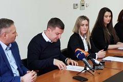 Grad Bjelovar je u 2018. godini prijavio projekte u vrijednosti od čak 136.803.572,06 kuna, istaknuo je to gradonačelnik Dario Hrebak na konferenciji za novinare. Konferenciji su prisustvovali i državni tajnik Ministarstva regionalnoga razvoja i fondova Europske unije Velimir Žunac, direktorica Tehnološkoga parka Bjelovar Ivana Jurković Piščević te članice gradskoga EU tima Andrea Posarić i Ivana Bekavac. // 4. siječnja 2019., mala vijećnica Grada Bjelovara FOTO: Grad Bjelovar https://www.bjelovar.hr/