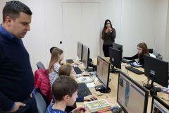 U Pučkom otvorenom učilištu Bjelovar počele su besplatne informatičke radionice za osnovnoškolce od sedam do deset godina. Potporu projektu dao je i Grad Bjelovar, a gradonačelnik Dario Hrebak danas je obišao jednu od pet skupina djece koja su radila programiranje s microbitovima. Radionice su popunjene i traju do 11. siječnja. // 8. siječnja 2019., FOTO: Grad Bjelovar https://www.bjelovar.hr