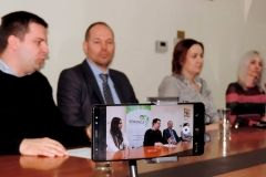 U Gradu Bjelovaru održana je, 26. ožujka 2018., tiskovna konferencija na kojoj je predstavljena tvrtka Serengeti koja uskoro osniva podružnicu u Bjelovaru u kojoj planira zaposliti, u početku, 10 djelatnika. Na konferenciji su sudjelovali gradonačelnik Grada Bjelovara Dario Hrebak, vlasnik i direktor tvrtke Serengeti d.o.o. Goran Kalanj, asistentica u marketingu tvrtke Serengeti Ružica Petričušić, dekanica Veleučilišta u Bjelovaru Zrinka Puharić te direktorica Tehnološkog parka Bjelovar Ivana Jurković Piščević. FOTO: Grad Bjelovar https://www.bjelovar.hr