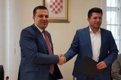 Na konferenciji za novinare predstavljeno je šest projekata energetske obnove zgrada na području Grada Bjelovara te uspjeh Grada Bjelovara u povlačenju novca iz EU fondova tijekom 2018. godine. Tijekom konferencije potpisan je i sporazum između Grada Bjelovara i Grada Vrgorca, a koji su potpisali gradonačelnik Grada Bjelovara Dario Hrebak i gradonačelnik Grada Vrgorca Ante Pranić. // 21. prosinca 2018., velika vijećnica Grada Bjelovara FOTO: Grad Bjelovar https://www.bjelovar.hr/