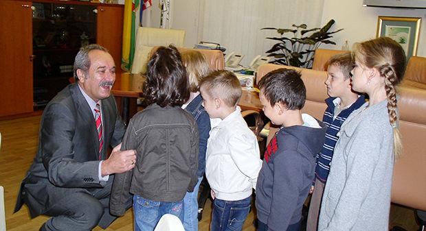 Djeca iz Dječjeg vrtića Bjelovar gradonačelniku čestitala Dan Grada, 28. rujna 2012., ured gradonačelnika FOTO: Ljiljana Balažin