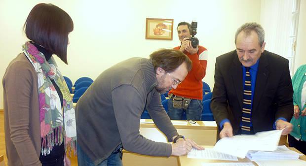 Gradonačelnik Antun Korušec potpisao i podijelio 26 Ugovora o korištenju stipendije u 2012/2013., 10. siječnja 2013., velika vijećnica Grada Bjelovara FOTO: Dubravka Dragičević www.bjelovar.hr