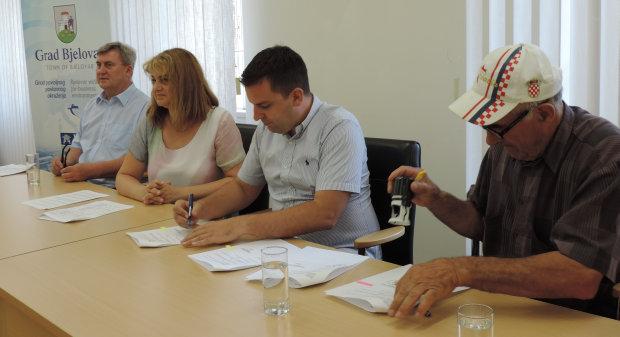 Gradonačelnik Grada Bjelovara Dario Hrebak potpisao ugovore s bjelovarskim udrugama o dodjeli jednokratnih financijskih potpora, 2. kolovoza 2017., velika vijećnica Grada Bjelovara FOTO: Ljiljana Balažin www.bjelovar.hr